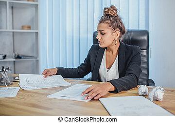 労働者のオフィス, いくつか, 若い, documents., これ, ビジネス, 女の子, 悪事, 彼ら, 拾い読み, それら。, 投げつけること, の間, disposes