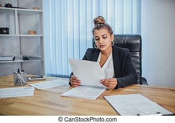 労働者のオフィス, ビジネス, 若い 女の子, documents.