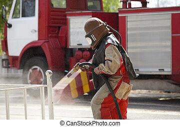 労働者, スプレーをかける, 砂, 保護のスーツ