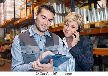 労働者, マネージャー, クリップボード, 女性, 倉庫, シニア