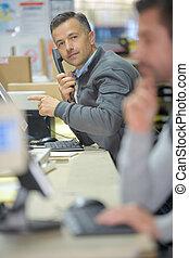 労働者, 中に, a, 呼出し 中心, オフィス, 電話 で 話すこと