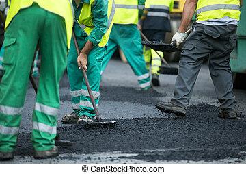 労働者, 作動, アスファルト, ペーバー, 機械, の間, 道の 構造, そして, 修理, 仕事