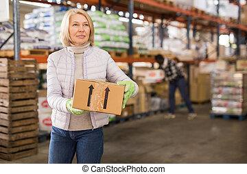 労働者, 女性, ボール紙, 倉庫, ボックスを伴う