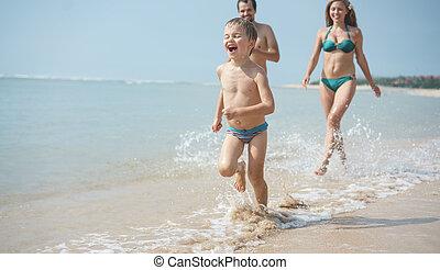 動くこと, 浜, 家族