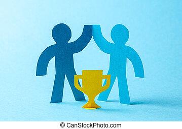 勝者, ビジネス, 金のコップ, 成功した, 労働者, 手掛かり, リーチ, goal., 彼の, チームのリーダー, hands., 建物。