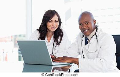 医学の スタッフ, 仕事, の前, a, 灰色, ラップトップ, 間, モデル, ∥において∥, ∥, 机