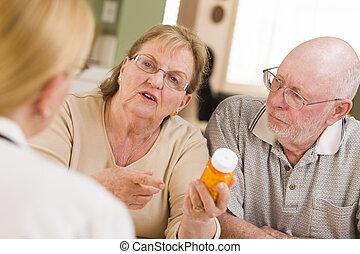 医者, ∥あるいは∥, 看護婦, 説明, 処方薬, へ, 注意深い, シニア, カップル。