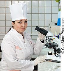 医者, ∥で∥, 顕微鏡, 中に, 実験室