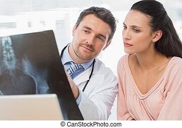 医者, レポート, マレ, x 線, 患者, 説明