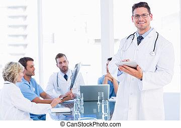 医者, 使うこと, デジタルタブレット, ∥で∥, 同僚, 中に, ミーティング
