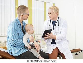 医者, 提示, デジタルタブレット, へ, 最年少者と一緒の女性
