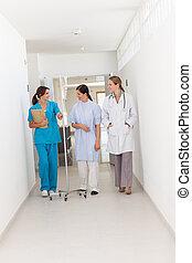 医者, 歩くこと, ∥で∥, a, 患者, そして, a, 看護婦