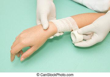 医者, 's, 手, 包むこと, a, 包帯, 上に, 前腕