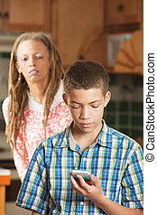 十代, かいま見, 彼の, モビール, 息子, 電話, 試み, 母, 点検