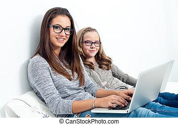 十代, 姉妹, laptops., より若い, ベッド, 女の子