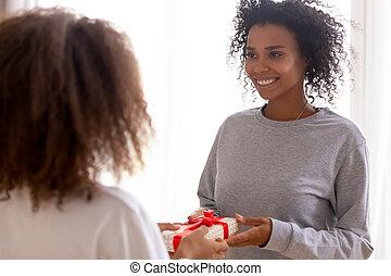 十代, 娘, 贈り物, 母, アメリカ人, アフリカ, 受け取ること, 幸せ