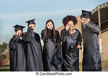 卒業生, 生徒, 見ること, 卒業証書, 上に, キャンパス