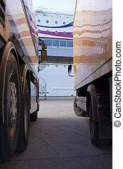 卡車, 等待, 在, 港口, 為, a, 輪渡