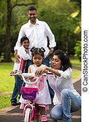印第安語, 家庭, 教學, 他們, 孩子, 循環, 在, the, 戶外, 公園