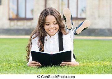 卵を生む, 女の子, ユニフォーム, 学校, 基本, 子供, わずかしか, extracurricular, concept., お気に入り, 屋外で, reading., 女生徒, 勉強, 本, かわいい, 芝生, 学びなさい, book., 読書, education., 小さい, 愛らしい