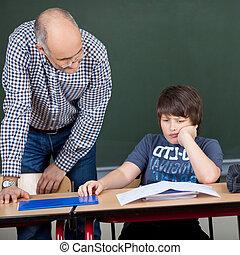 厭煩, 學生, 在書桌, 當時, 老師, 看, 他