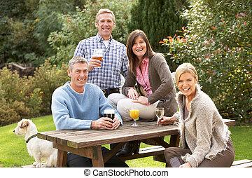 友人たちのグループ, 屋外で, 楽しむ, 飲みなさい, 中に, pub, 庭