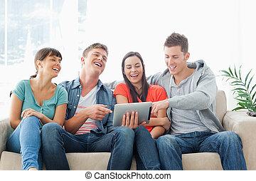友人, グループ, 笑い, タブレットの pc, 腕時計