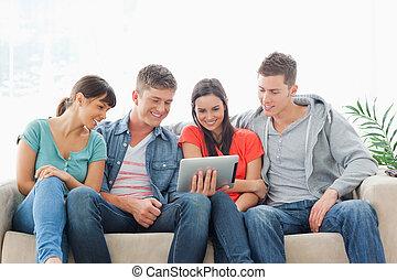 友人, ソファー, 間, 監視, グループ, 座りなさい, タブレットの pc