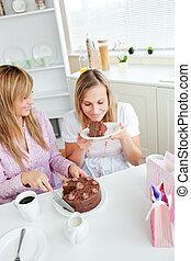 友人, チョコレート, 女性, ケーキ, 台所, 喜ばせられた, 食べること
