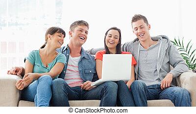 友人, ラップトップ, スクリーン, 彼ら, ソファー, ∥(彼・それ)ら∥, グループ, 座りなさい, 笑い, 腕時計, 一緒に
