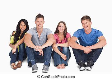 友人, 地面, 他, 手, ∥(彼・それ)ら∥, グループ, それぞれ, 微笑, 足, ∥横に∥, モデル