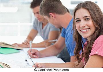 友人, 宿題, 彼女, 彼ら, 間, 見る, 持ちなさい, 座りなさい, 微笑, カメラ, 女, ∥横に∥