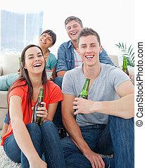 友人, 床, 彼ら, 手, ビール, ∥(彼・それ)ら∥, 間, 把握, ソファー, グループ, 笑い, モデル