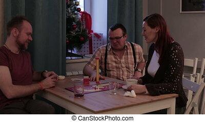 友人, 座りなさい, ∥において∥, a, テーブル, そして, プレーしなさい, ∥, ゲーム