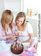 友人, birthday, の間, 家, 女性, 映像, 見る, パーティー, 台所, 2, 明るい