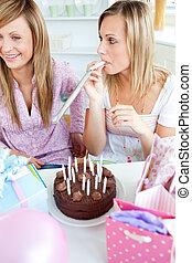 友人, birthday, 家, 女性, ケーキ, 台所, 2, プレゼント, 祝う