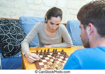 友人, livingroom, プレーのチェス