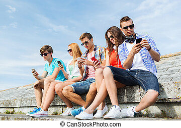 友人, smartphone, グループ, 屋外で