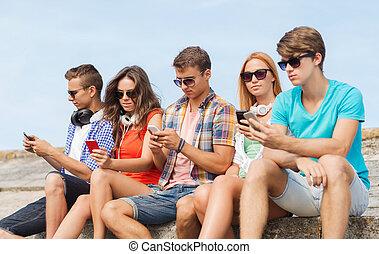 友人, smartphones, グループ, 屋外で