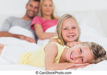 双子, ポーズを取る, 親, ∥(彼・それ)ら∥, 朗らかである, ベッド, 前部