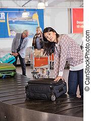 収集, 女, コンベヤー, 手荷物, 空港, ベルト