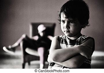 古いスタイル, photography:, 怒る, 男の子, 地位, の前, リラックスした, 女の子, 中に, chair., 黒くと白の写真, 暗闇, そして, 大いに, の, 穀粒, 加えられた, ∥ために∥, 切望された, effect.