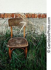 古い木製の椅子, そして, 草, 中に, 裏庭, 背景, の, 年を取った, 家, 中に, 村, 平和である, 冷静, 夏, 瞬間