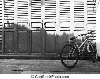古い自転車, 駐車, の前, 型, 木製の戸