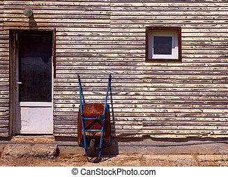 古い, 壁, 一輪手押し車, に対して, 錆ついた, 傾倒