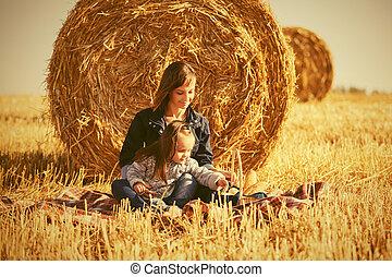 古い, 干し草, 女の子, フィールド, 幸せ, 次に, 母, 収穫される, 2, 年, ベール