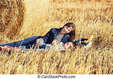 古い, 干し草, 母, 次に, フィールド, 2, 年, 女の子, 幸せ, ベール, 収穫される