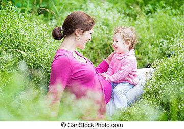 古い, 彼女, 妊娠した, 母, 若い, 1(人・つ), bab, 笑い, 年, 遊び
