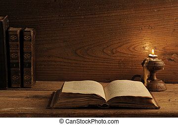 古い, 本, 上に, a, 木製のテーブル, によって, キャンドルライト