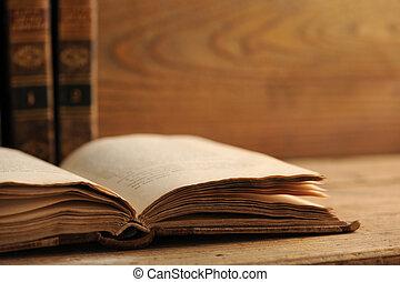 古い, 本, 開いた, 上に, a, 木製のテーブル